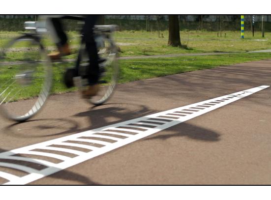 Trillende waarschuwing op de fiets voor fietspaaltjes