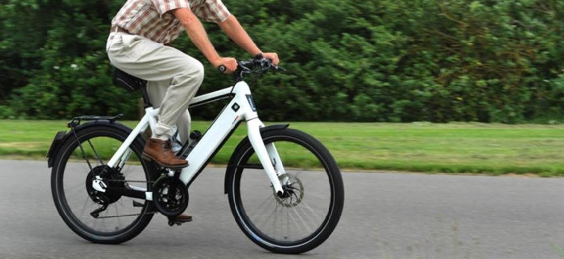 Verwarring over snelle elektrische fiets op rijbaan.